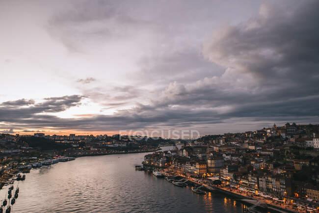 Veduta aerea di spettacolare scenario della città di Porto con fiume e case residenziali durante il tramonto — Foto stock