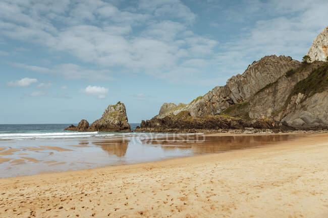Pittoresque scène de plage, rochers et océan — Photo de stock