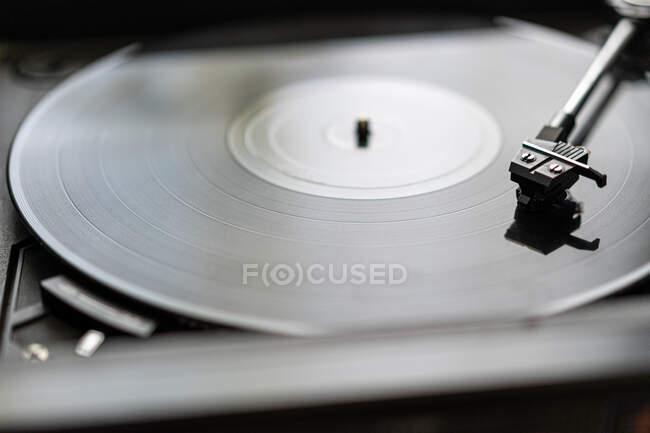 Eine schwarze Schallplatte dreht sich auf einem alten Plattenspieler — Stockfoto