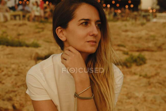 Увечері молода жінка - туристка відпочиває на березі моря. — стокове фото