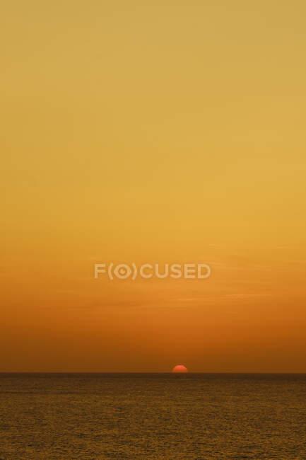 Splendido tramonto dorato sull'oceano scuro — Foto stock