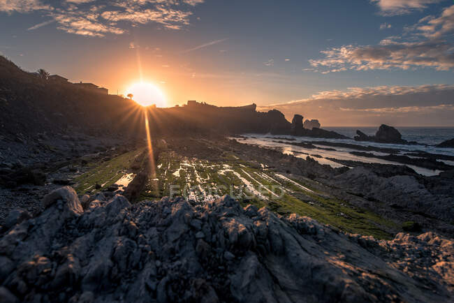 Amazing view of rocky coast with cliffs and cloudy sky during sundown in Cantabria — Stock Photo