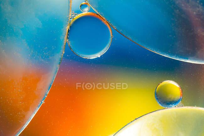 Одяг абстрактного тла з круглими формами клітин вакцини різних розмірів, освітлених яскравим світлом. — стокове фото