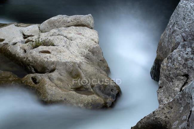 Підйом порогів у гірській річці з довготривалим впливом. — стокове фото