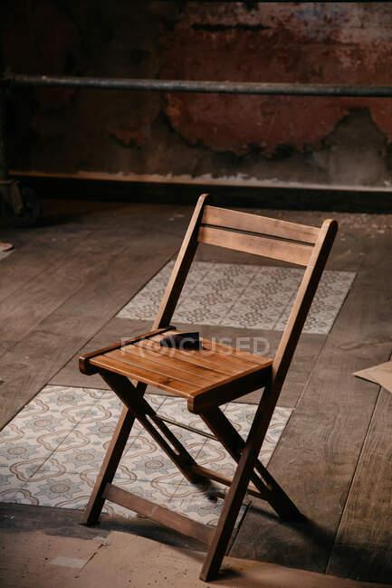 Hoher Stuhlwinkel auf staubigem Parkett und Fliesenboden in unordentlichem Raum während der Reparaturarbeiten — Stockfoto