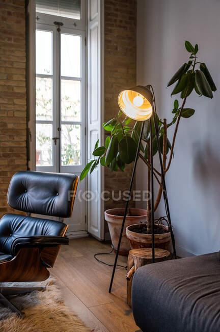 Интерьер современной квартиры в стиле лофт с светящимся полом и удобной мебелью — стоковое фото