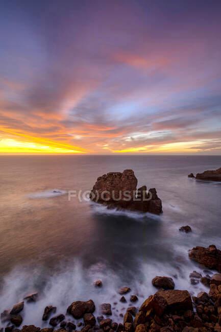 Вигляд скелястих утворень на береговій лінії океану під час заходу сонця в Прая - ду - Каміло, Алгарве (Португалія). — стокове фото