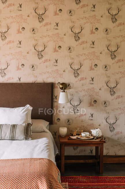 Interieur des stilvollen Schlafzimmers mit bequemem Bett mit Decke — Stockfoto