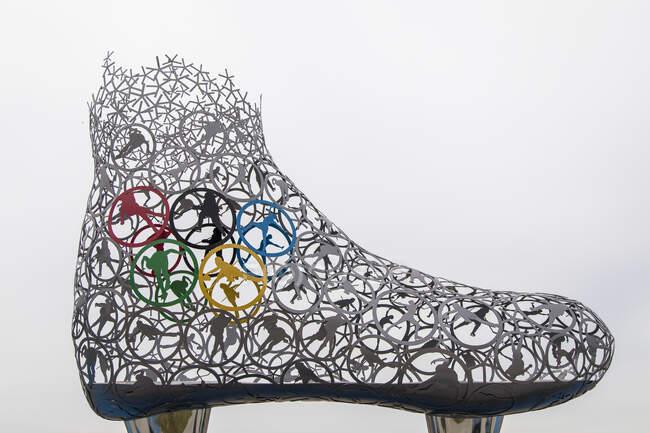 ПИОНЧАН - 17 июня 2018 года: Вид сбоку металлической фигуры скейта с олимпийскими символами — стоковое фото