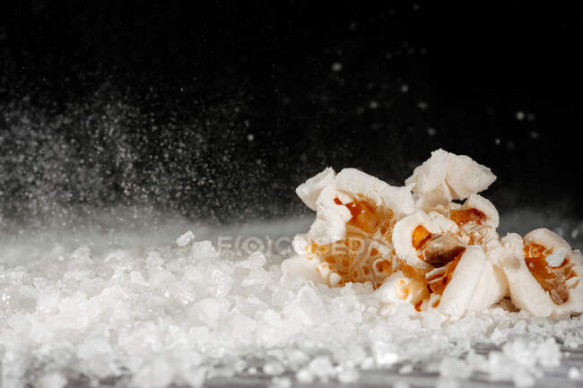 Одяг смачного попкорну на шарі солі. — стокове фото