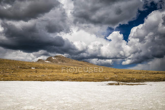 Bella vista sul paesaggio con vista su nuvole colorate e altopiani in ghiaccio — Foto stock
