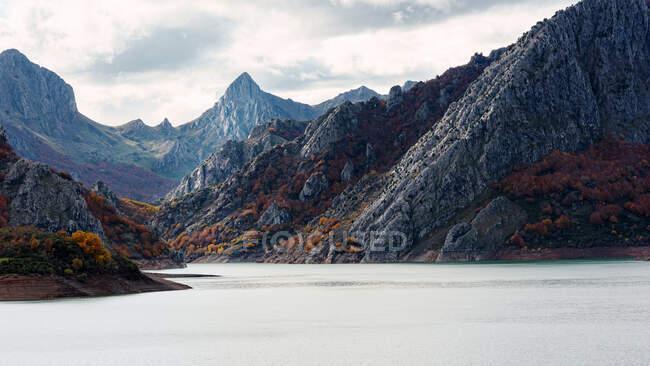Paesaggio sereno con acqua limpida situata in montagna — Foto stock