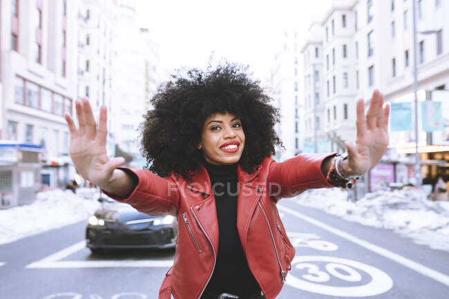 Delighted young African American female demonstrating frame gesture while smiling brightly and looking at camera — Stock Photo