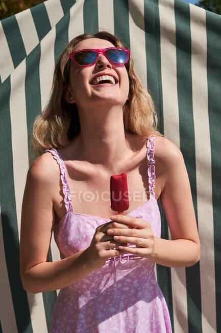 Весела жінка в літньому вбранні стоїть з лопатою і насолоджується сонячним днем у Мадриді. — стокове фото