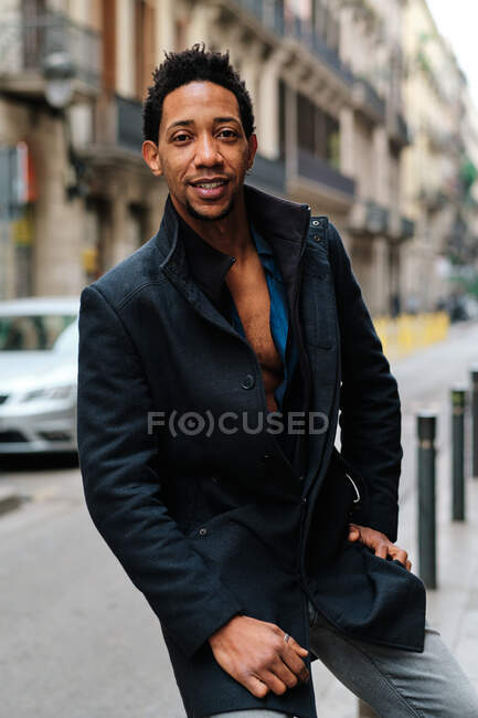 Black man standing on the street and looking at camera - foto de stock