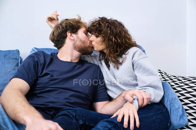 Jeune homme et femme s'embrassant et s'embrassant tout en passant une journée romantique ensemble — Photo de stock