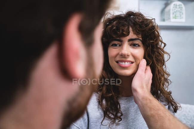 Jeune homme et femme amoureux et caressant le visage tout en passant une journée romantique ensemble — Photo de stock
