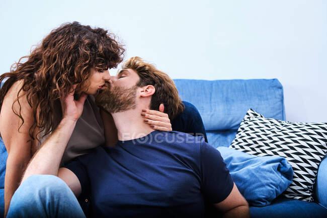 Молодий чоловік і жінка цілуються і обіймають одне одного, проводячи разом романтичний день. — стокове фото