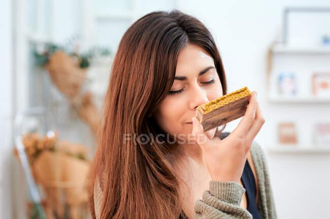 Cliente feminino desfrutando de cheiro perfumado de sabão caseiro aromático feito de ingredientes naturais na loja ecológica — Fotografia de Stock