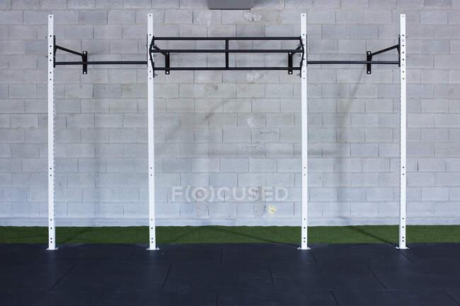 Interno della moderna palestra vuota con barre orizzontali in metallo installate per un allenamento funzionale — Foto stock