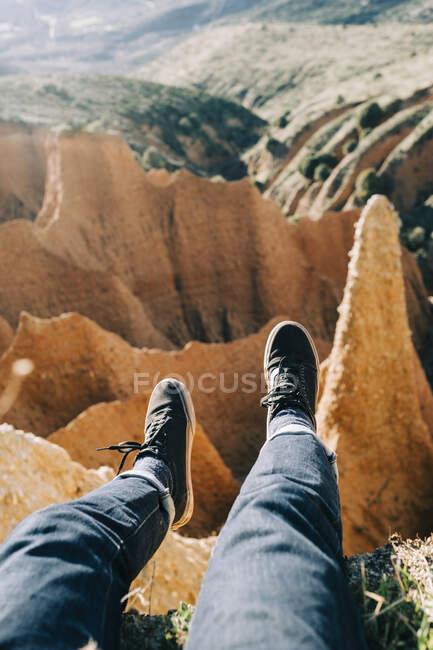 Dall'alto del raccolto turista anonimo contemplando gola dalla montagna durante il viaggio in Spagna — Foto stock