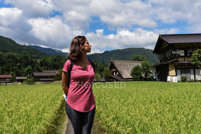 Young caucasian woman in an open field in historical Japanese village and UNESCO World Heritage Site Shirakawa-Go, Japan — Stock Photo