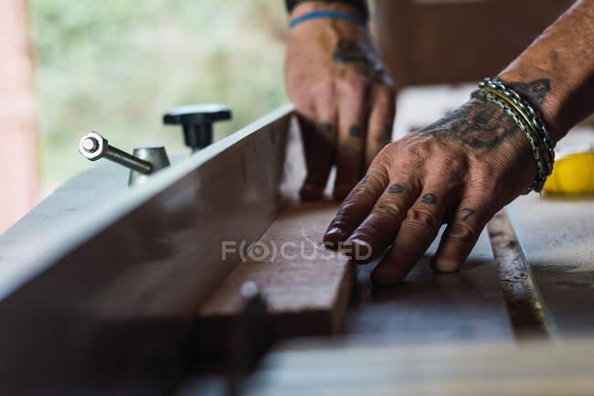 Nahaufnahme der Ernte unkenntlich Männchen ohne Daumen Schreiner Schneiden von Holz mit Kreissäge in Tischlerei — Stockfoto