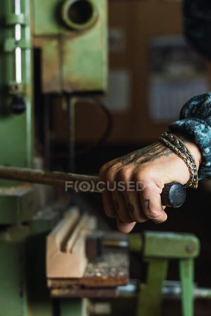 Ernte unkenntlich tätowierte männliche Tischler Bohren Holzbretter mit Drehbank während der Arbeit in der Tischlerei — Stockfoto
