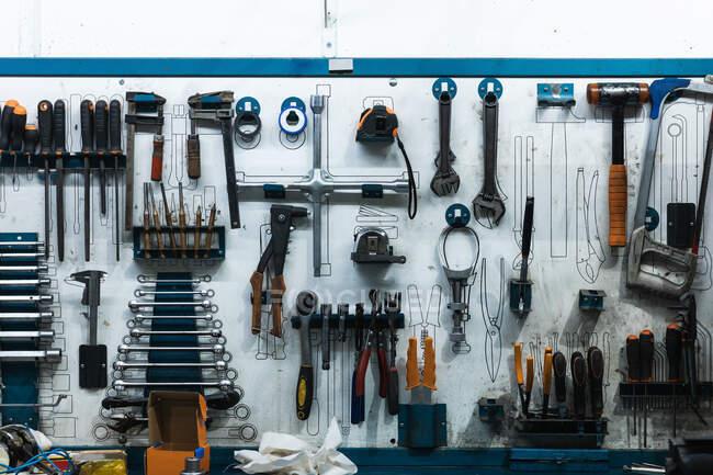 Набор отверток и гаечных ключей, висящих на стене с различными автомеханических инструментов в гараже — стоковое фото
