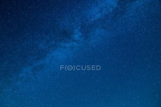 Dal basso pittoresca vista del cielo stellato blu con nuvole — Foto stock