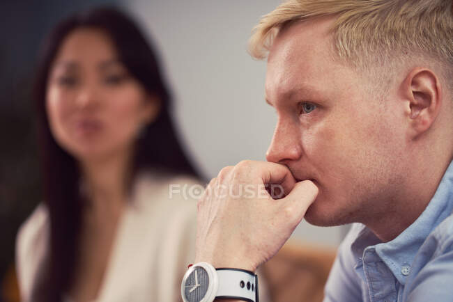 Malheureux asiatique femme prise à indifférent homme lors de la séance de thérapie dans bureau de psychologue — Photo de stock