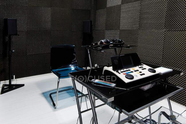Кімната з захисними стінами піни та сучасним обладнанням для аудіологічного обстеження та слухового тесту. — стокове фото