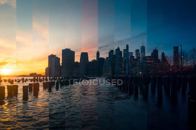 East River à New York avec des gratte-ciel contemporains sous un ciel nuageux au coucher du soleil — Photo de stock