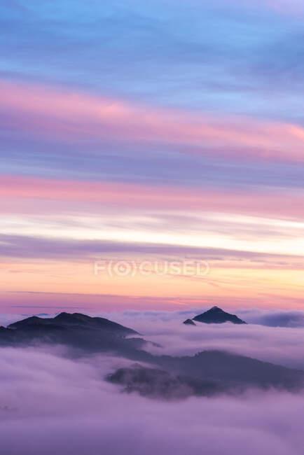 Дивовижні краєвиди гірських вершин вкриті хмарами під яскравим сонцезахисним небом у Національному парку Сьєрра - де - Гвадарама. — стокове фото