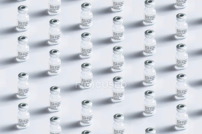 Close-up de alguns frascos para injectáveis com a vacina contra o coronavírus num fundo branco — Fotografia de Stock