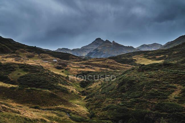 Paesaggio della valle di Aran con maestose colline verdi e cielo grigio scuro cupo sopra — Foto stock