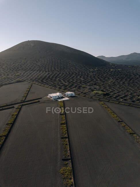 Espectacular vista del viñedo de La Geria situado en las tierras altas en un día soleado en Lanzarote - foto de stock