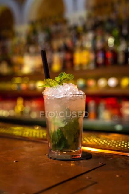 Hermoso cóctel de mojito profesional decorado con hojas de menta en el bar - foto de stock