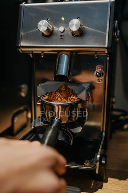 Ernte unkenntlich Barista mit Kaffeemühle bei der Zubereitung von aromatischem frischen Kaffee in Café tagsüber — Stockfoto