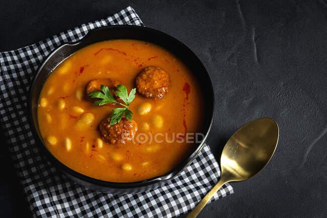 Prato delicioso de feijão com chouriço visto de cima — Fotografia de Stock