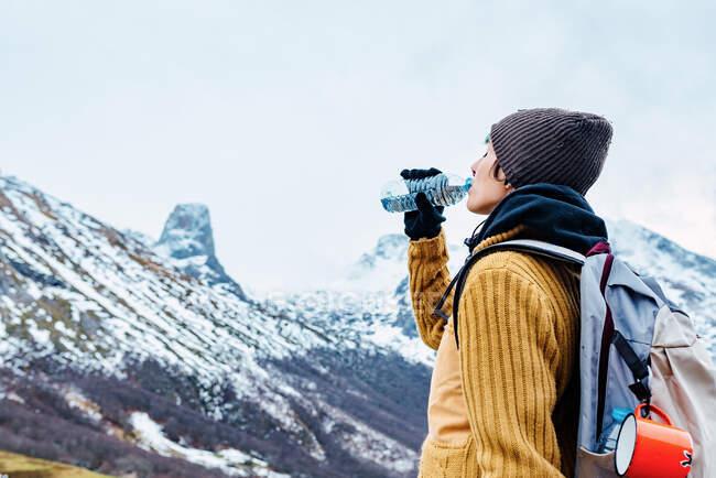 Туристи з рюкзаком і теплим одягом стоять на високогір