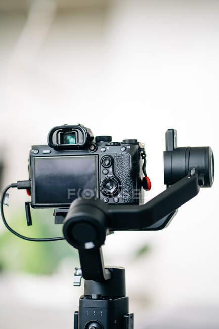 Сучасна цифрова фотокамера з циферблатом моди і видошукачем над дисплеєм на розмитому тлі — стокове фото