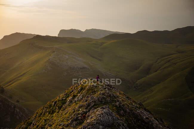 Dall'alto di anonimo turista in cima cresta di scogliera sopra valle di montagna in Spagna — Foto stock