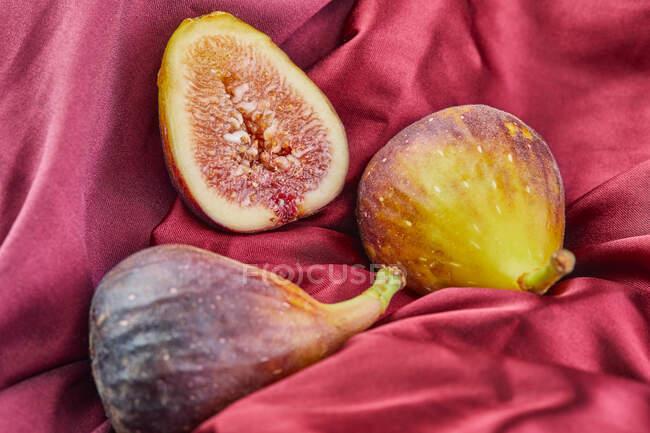 Do acima mencionado detalhe de figos em um tecido de granada — Fotografia de Stock