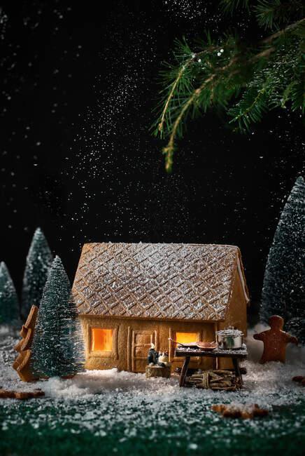 Decoração de uma casinha feita de biscoitos com decorações de Natal — Fotografia de Stock