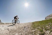 Mountainbiker fahren Mountainbike Strecke — Stockfoto