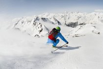 Man лыжником, скоростной спуск на лыжах — стоковое фото