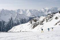 Esqui cross-country de esquiadores nas montanhas Alpes — Fotografia de Stock