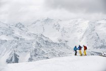 Три лыжников в зимних горах — стоковое фото
