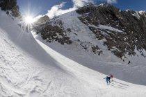 Hommes sur un tour de ski — Photo de stock